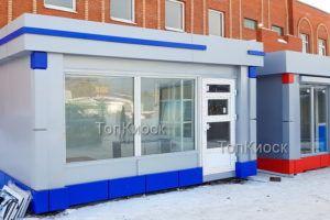 Светлый Павильон для продажи фейерверков со входом с синими элементами из композитом.