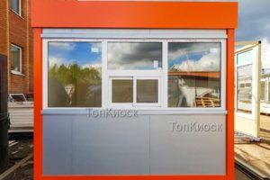 Киоск с оранжевыми углами и окном выдачи