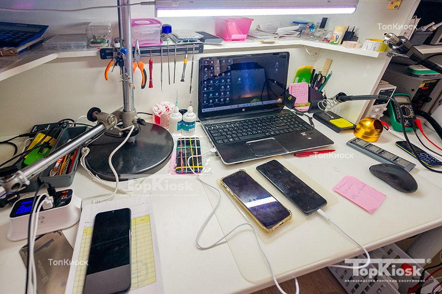 Рабочее место в павильоне по ремонту ноутбуков